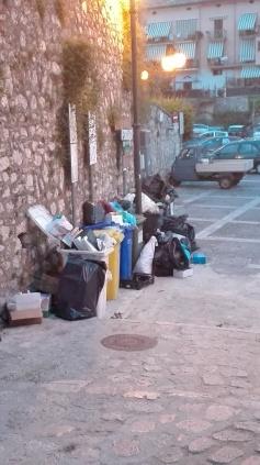 rifiuti-abbandonati-dinanzi-al-comune